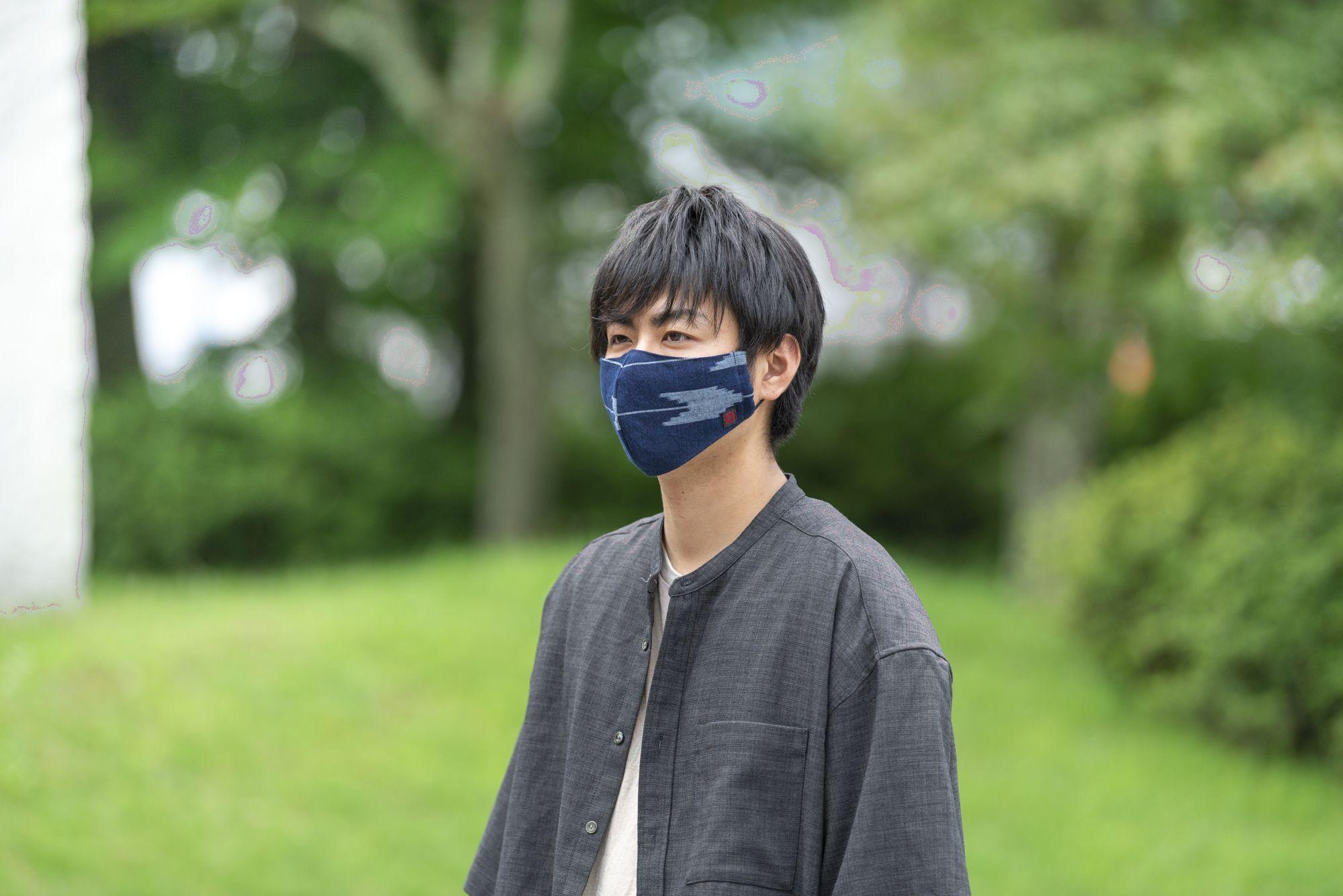 絣マスクをした男性